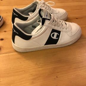 Adidas Originals sko. Købt i JD i København Kun brugt en enkelt gang til et bryllup  Str 40 2/3