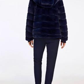 Sælger denne flotte fax fur jakke i den flotteste blå farve fra Samsøe Samsøe str xs Mp 500kr