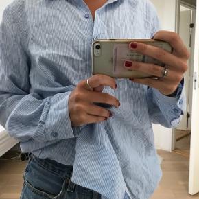 """Blødeste oversize skjorte  Det er en str XL, men jeg er en small og den passer perfekt til det """"oversized look"""""""