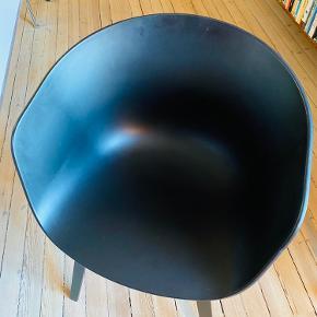 4 stk. HAY AAC22 About A Chair Black Stained Oak Veneer/Black Shell i solid-coloured polypropylene lakeret eg sælges  Mål: B: 59 cm, D: 52 cm,H: 79 cm  Nypris. 1.749 kr. pr stk.