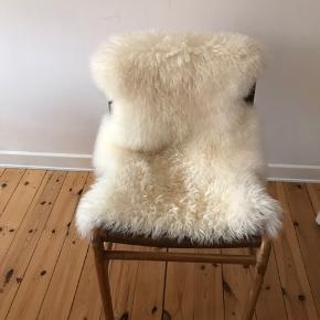 Sælger smuk stol fra Nova Møbler.   Skind medfølger.  Kan afhentes på Amager.