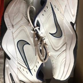 Populære Nike Air Monarch til salg i str 38,5! De er brugt et par gange, uden tegn på skader eller lign. De skal bare renses lidt.  Original æske medfølger.