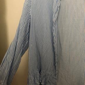 Mega fin trøje/skjorte fra zara. Købt sidste sommers men er aldrig blevet brugt. Mp 50 kr