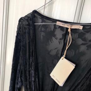 Rue de Femme sort kimono kjole med velour mønster og bindebånd str. XL (jeg bruger str. M normalt og den sidder fint på mig. Lidt oversize foroven, men vil vurdere den også kan passes af mindre str., da der er justerbar bindebånd) Nypris 700 kr. 🌚 Materiale: 67% polyester, 23% polyamid & 10% elastan   Byd gerne kan både sendes på købers regning eller afhentes i Aarhus C 📮✉️