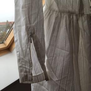Konfirmationkjole fra 1960'erne. Går ind i taljen og tylskørt indenunder. Desværre er der nogle små pletter på kjolen, men derudover er den i perfekt stand.