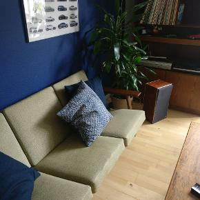 Smuk sofa designet af Hans J. Wegner. Puderne er i originalt betræk, og slid er minimalt. Sofaen er i en meget pæn stand. Træet er i bejdset egetræ. Kommer fra ikke-ryger hjem