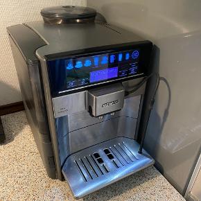 Siemens espressomaskine EQ.6 Series 700 fra år 2017. Brugt flittigt men fungerer stadig som den skal og har fået afkalkning samt rengøringsprogram når den har bedt om det, samt fået rengjort bryggerenheden jævnligt. Kvittering haves ikke.  Sælges ikke fra ny længere men nyprisen lå på ca . 10.000 kr.  Vil skyde på at maskinen har et par gode år i sig endnu, og endnu flere hvis man får den serviceret på et værksted.   Med maskinen følger originale rengøringstabletter en helt ny pakke samt en halv pakke afkalkningstabletter. (Nypris ca. 100 kr) Derudover følger 1 kg økologiske kaffebønner uåbnet. (Nypris ca. 80 kr)  Og derudover original mælkebeholder fra Siemens, (nypris ca 450 kr)