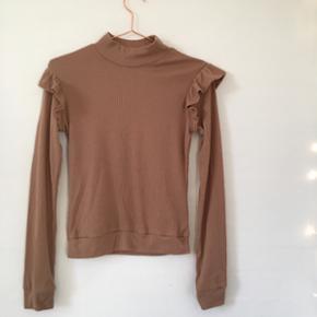 Fin brun/nude bluse/trøje med flæser ved begge ærmer. Sælges da jeg ikke får den brugt nok, og den fejler derfor intet (kun brugt 1 gang). Den er str. UK8 svarende til 36/S. Nypris var 190kr - Byd gerne!