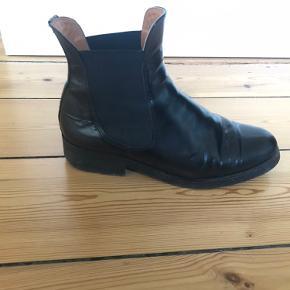 Der er ingen slidtegn at se på støvlerne udover under skoen på hælen. Dette lægger man dog ikke mærke til, når man har støvlerne på. Ligeledes mærker man heller ikke til det, når man har støvlen på