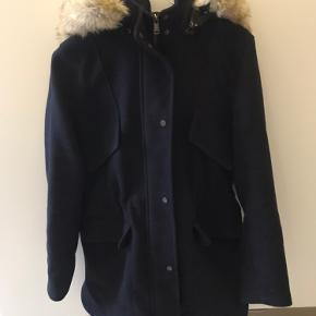 Super fin jakke fra Zara. Jakken justeres ind i taljen, og hætten kan lynes af🌸