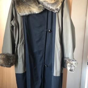 En flot frakke, (trods et lille syet hul, som ikke ses når den er på.....🤷♀️ Den er sort / lys kaki.....  Bredde 2x65 cm Længde 99 cm