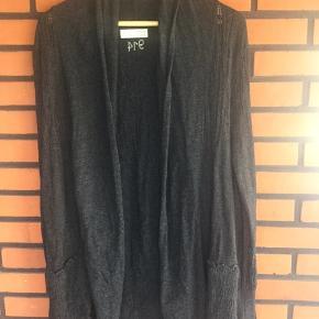 Længere strik cardigan i blondestrik Lukkes kun med bælte Farven er mørke grå og kaldes almost black. Str. er Odd Molly str 3 svarende til str 40/42