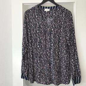 Varetype: Bluse Skjorte Tunika Størrelse: 46 XXL 44 Farve: Mørkblå/beige  Lækker bluse/skjorte i 100 % viskose . Aldrig brugt . Str hedder 46 men svarer til en XXL , 44 .  Måler 60 cm x 2 fra ærmegab til ærmegab  74 cm lang  Sender med DAO  Bytter ikke