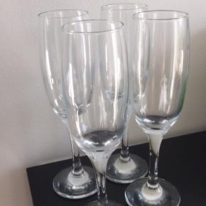 6 champagneglas aldrig brugt. Fejler intet.