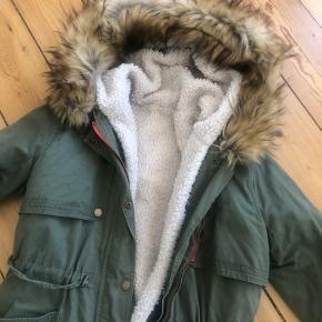 Frakke fra Vila med udtageligt fór og pels-kanten på hætten kan ligeledes fjernes.  Ingen bytte.  Kan afhentes på Nørrebro.