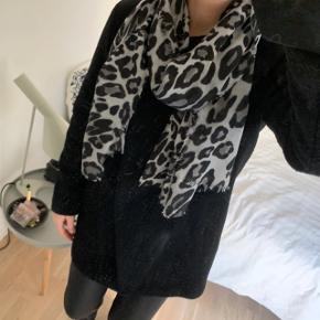 Lækkert blødt tørklæde i leopard print, ca. 180x60cm. Mærket er klippet af, men det er købt i Magasin og er måske fra Magasins eget mærke. Brugt få gange.  Bytter ikke!