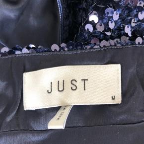 Smuk nederdel fra Just Female sælges. Nederdelen har A-snit og er beklædt i smukke mørkeblå palietter. Fra røg- og dyrefrit hjem. Kom med et bud :)