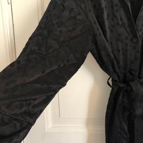 Skjorte med bindebånd fra h&m. Brugt få gange. Kan passes af en medium-large