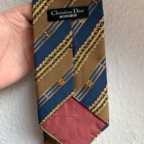 Rigtig pænt Dior slips. Lidt bredere end de fleste med 9cm i bunden fra side til side. 140 cm i længde helt foldet ud.