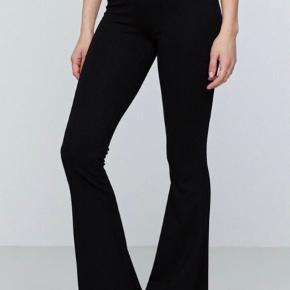 Populære Petra trousers short lenght fra Gina Tricot. Passer alle da der er masser af stretch i.   Skriv gerne for billeder:)