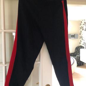 Fine tykke joggingbukser med rød stribe. Bukserne skal se ud som vist på billedet