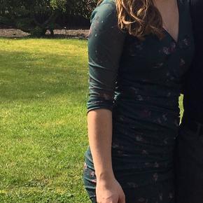 Sælger min flotte Ganni kjole, da jeg ikke får den brugt nok. Der er syet en lille knap ind i ved brystet, så den ikke bliver for bar. Sidder super flot, knappen kan syes af.