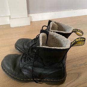 De er vildt lækre, og meget varme, grundet forret i skoen. De har ofte fået lederfedt, og derfor vises der ikke brugstegn