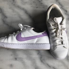 """Adidas court royale sneaks med lilla swoosh I den gode ende af """"god men brugt"""" - brugt få gange. Bytter ikke Sender med dao"""