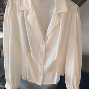 Superfed silkeskjorte fra Anine Bing. Lækker, lækker kvalitet og skønne detaljer. Taljeret med indsnit foran. Brystmål 50 cm og længde 52 cm.