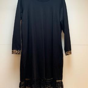 Smuk kjole med mange effekter Passer 46/48   #30dayssellout