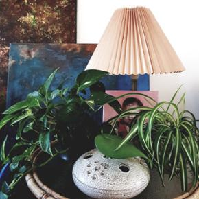 Smuk keramik vase.Cirka 20 cm i diameter 8 cm i højde Kan afhentes i Helsingør eller på Blegdamsvej efter aftale Annoncen fjernes med det samme ved salg således er det ikke nødvendigt at spørge hvorvidt det fortsat er til salg
