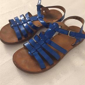 Brand: Pom D'api Varetype: Sandaler Farve: Blå Oprindelig købspris: 950 kr. Prisen angivet er inklusiv forsendelse.  Rigtig fede sandaler. I god stand, men der er dog en smule afskalling på remmene (se billeder). Sålen måler 24 cm.