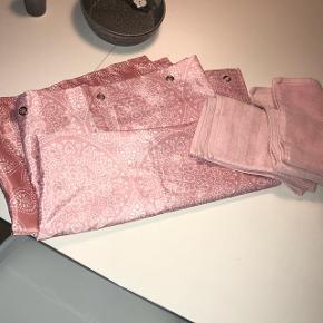 Ny badeforhæng og håndklæder i rosa