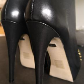 Fede stilet-støvler med metalnitter som matcher lynlåsen. Hælen er 11 cm. og der er ca 2 cm plateau. Står som en str 38, men da de er ret små i foden har jeg sat dem til 37.
