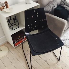 4 x spisebordsstole fra Louise Campbell.  Nypris 5000 kr. pr stk. Sidehynderne er købt seperat hos møbelforhandler - kan medfølge. Stolene er lavet i krydsfiner. Brugt i ét halvt år.  Kom med et bud.