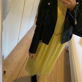 Smukkeste kjole fra Modström. Brugt få gange i få timer. Bruger normalt S, men kjolen er lidt stor i størrelse og gik derfor et nummer ned. Nypris 750 kr.