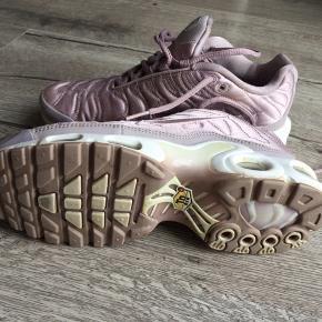 Sneakers Nike air i smuk rosa satin  Brugstegn, men fejler intet - brugt begrænset.