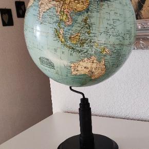 Meget gammel Globus med træfod i virkelig flot stand. Højden ca 47 cm