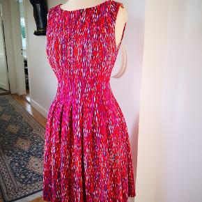 Smuk Skater stil kjole med smukke farver som orange, hindbær, pink, blå, bordeaux og hvid. Størrelse ret fleksibel som er largen men alle fra str 38 til 42 kan passe.