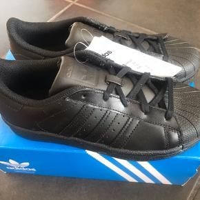 ADIDAS SUPERSTAR  Helt nye Sneakers str 35.  Nypris 500,- MP 300,- pp
