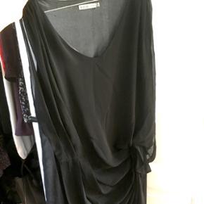 Sort kjole fra Soaked in Luxury i str. S med virkeligt fine draperingsdetaljer 😊 Den eneste grund til at jeg sælger er på grund af at den er blevet lidt for lille.