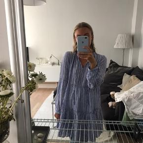 Skøn Kjole i flotte blå striber