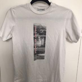 Ganni t-shirt Np 600 Mp 275 Str. S og fitter S  Sælger trøjen da den bare ligger inde i skabet Sælger med DAO:)