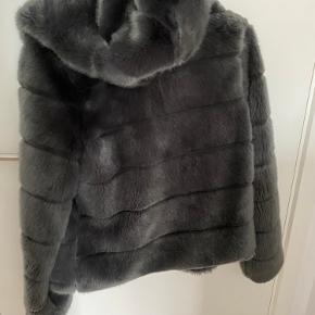 Flot pelsjakke fra Tiffany. Den kan både bruges som vinterjakke og efterårsjakke. Den er blevet syet indvendig, men slet ikke noget man ligge mærke til. Den fejler ingenting uden på 💕🤩