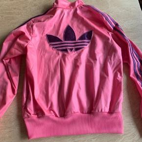 Adidas chile 62 trøje brugt få gange   Passes af str xs og small der står 42 i den men de små i str   Pink med lilla striber