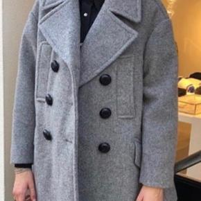 Smuk frakke i uld fra Isabel Marant mainline. Ny med tag.  Fransk str 38. Passer str 38/40. Nypris 9.450 Mindstepris 2500 kr Bytter ikke Vh Mette