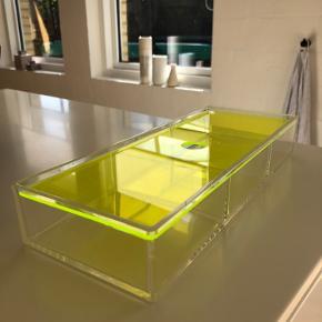 Nomess neon gul opbevarings/smykke kasse sælges. Den har tre forskellige rum. Ingen skader har dog nogle ridser.