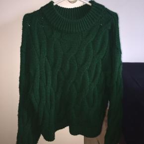 Halløj❤️ Sælger denne fine grønne sweater.  Jeg synes den kradser, så derfor sælger jeg den🌹  Den er meget stor i det, så større størrelser kan sagtens bruge den.🐝  Mener den nye pris var 300??  Sender ikke, afhentes i Albertslund❤️