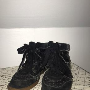 Isabel Marant Betty Læder sko i sort.   Som i kan se er der brugstegn på bagsiden af skoen, derfor sælges de billigt :)   Skriv for flere billeder eller andre detaljer   Har ingen kvit, men har dustbag :)