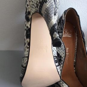 Mærke: Friis&Company Størrekse: 38 Farve: krokodille Materiale: læder Skoen: med hul til tæerne Stand: aldrig brugt, da jeg har fået en knyste  Sælges 155 kr Bytter ikke Sætter pris på tilfredse købere